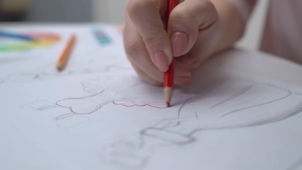 Tvůrčí ženský výtvarník kreslení šaty skica červenou tužkou, práce v agentuře
