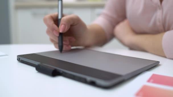 Dámská kresba na grafickém tabletu od stylus, moderní technologie, externí projekt