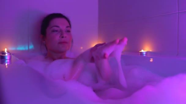 Frau badet in romantischer Atmosphäre, entspannt und pflegt die Haut
