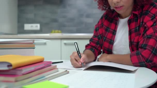 Pečlivá dívka psaní v notebooku, středoškolačka domácí úkoly, vzdělání