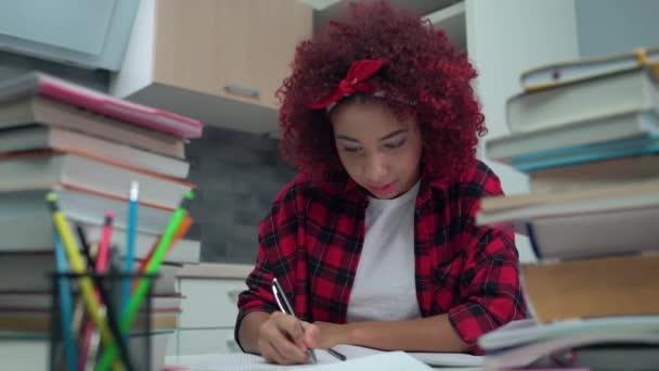 Inspirált női diák írás feladat notebook, szenvedélyesen tanul