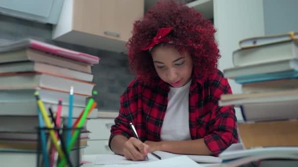 Kreatív diák írás notebook és mosolygós cam, főiskolai oktatás