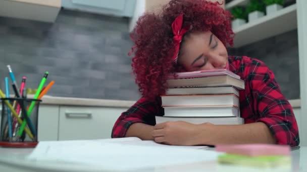 Kimerült diák lány alszik egy halom könyvet, túlhajszolt iskolai osztályok