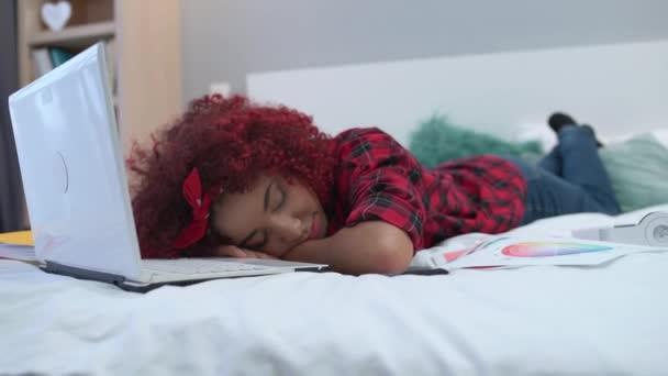 Fáradt fiatal nő alszik az ágyon elülső laptop, túlterhelt határidő előtt