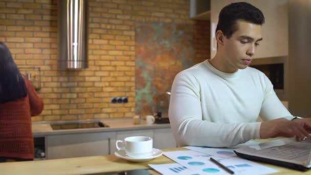 Manažer psaní na notebooku, příprava finanční zprávy, práce na obchodním plánu