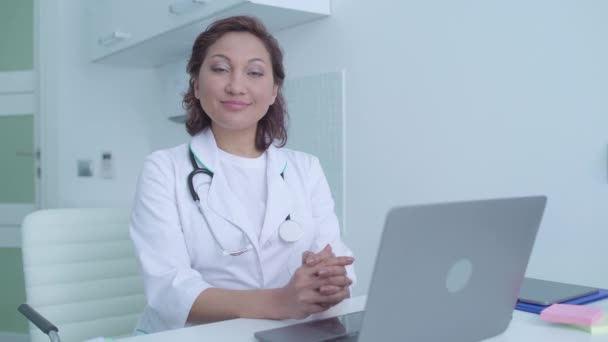 Přátelský úsměv na tváři krásné ženy lékaře, zdravotní služby na klinice