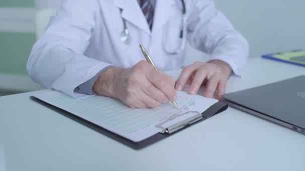 Arzt schreibt ärztliches Dokument, füllt Krankenversicherungspapiere aus
