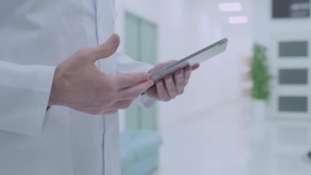 Zwei Ärzte im Gespräch in der Klinik, männliche und weibliche Kollegen im Gespräch