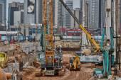 tel aviv - 10.06.2017: Baumaschinen und Arbeiter i