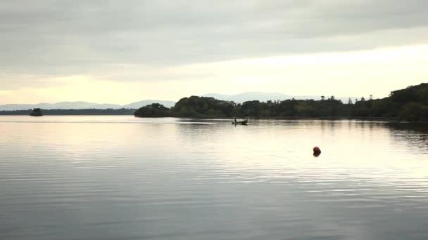 klidný západ jezero přírodní panorama