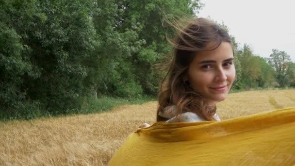 krásná dívka v pšeničné pole
