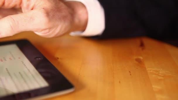 podnikatel pomocí tabletu