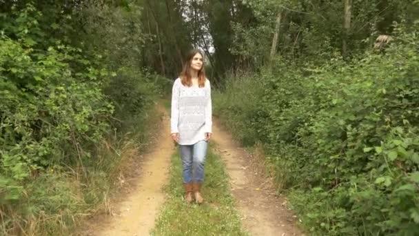 Видео в лесу девушки фото 153-690