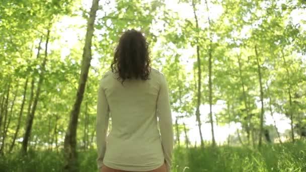 Видео в лесу девушки фото 153-290