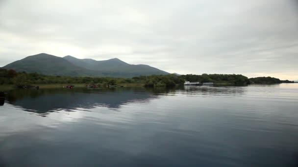 klidné jezero přírodní panorama