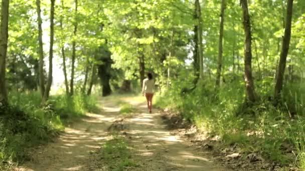 Mädchen geht im Wald spazieren