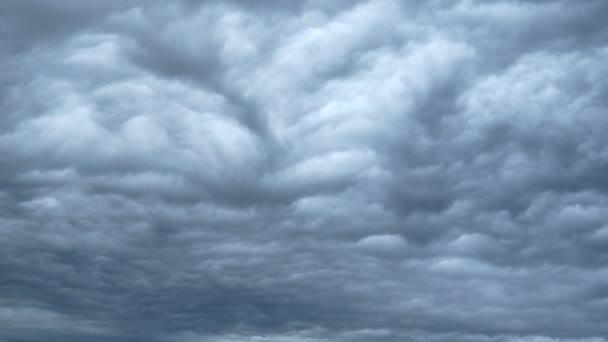 Clouds tváření nad pláží timelapse