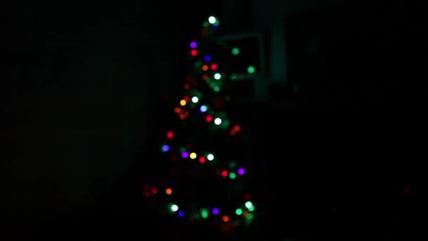 Vánoční stromeček s ozdobami v temnotě