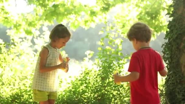 Chlapec a dívka mýdlové bubliny