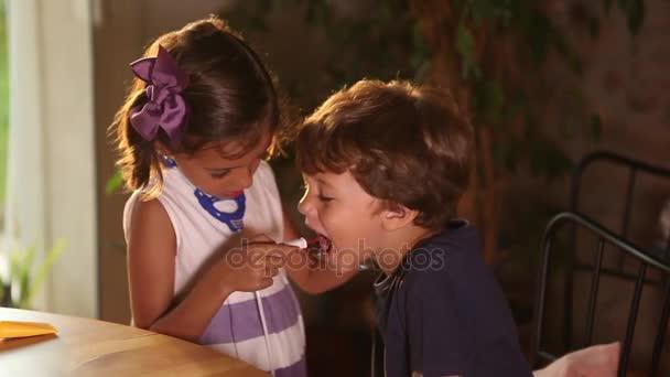 Dívka a chlapec hraje lékaři
