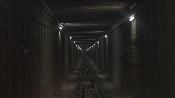 Vlak pohybující se po železniční tunel