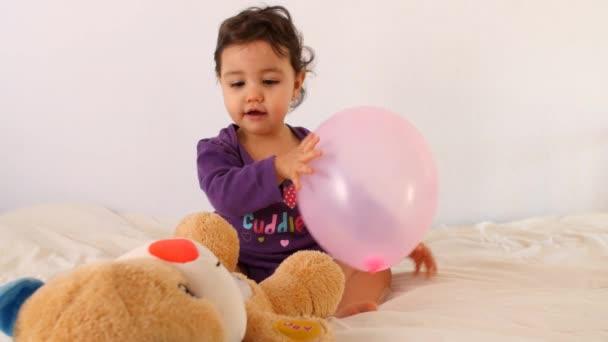 Rozkošné dítě hrát s hračkami