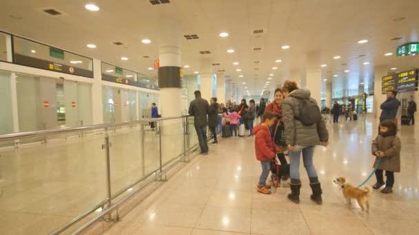 Az emberek a barcelonai repülőtérre