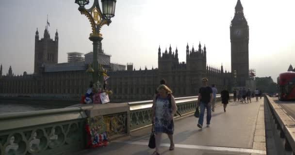 Londýn, Anglie - 23. července 2017: Big Ben parlament v londýnské city, Uk církev ikonu, slunečný letní den, slavný turistickou atrakcí v kultovní budově v Evropě