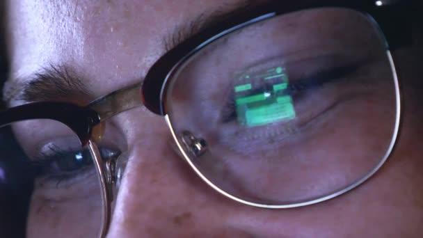 Mladá zrzka holka v brýlích