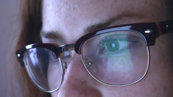 Fiatal vöröshajú lány a szemüveg
