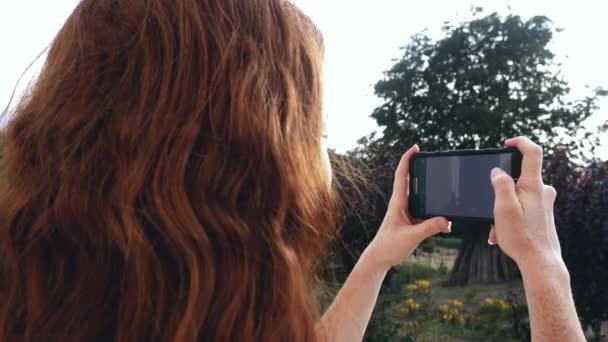 Fiatal vöröshajú lány bevétel fénykép