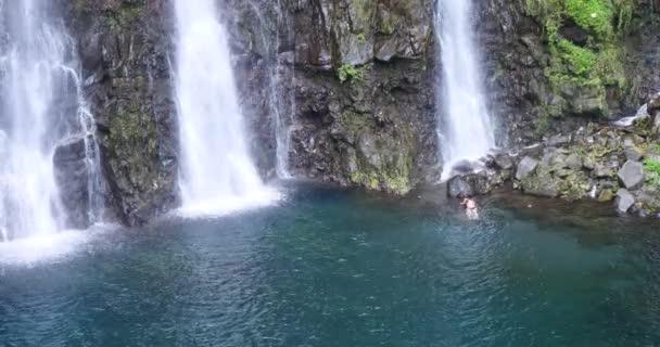 Vodopád v tropické přírody krajiny, síla přírodních zdrojů, čistá, zelená energie, krásné klidné prostředí, silné aqua voda spadá Kaskáda, národní park chráněná oblast jezera a řeky