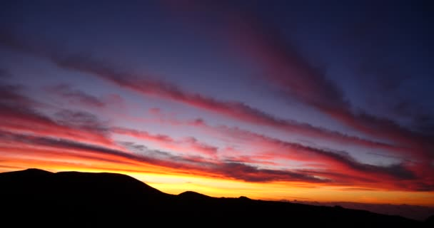 úžasné rudý západ nebo východ slunce nad horami silueta, panoramatické krajiny s barvami dramatické mraky, zářivé oranžové slunce stoupat
