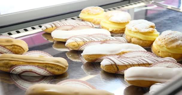 Pék pékség-ablak vevő választásának sütemények termékek megjelenítésére. Zsemle, sütemény, süti, muffin. Változatos delikátesz házi friss édes desszert.