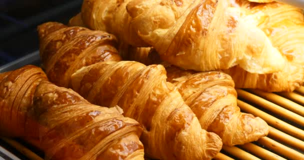 Francia ropogós croissant, sütemények, házi pékség a kijelzőn az ügyfelek, hagyományos üzlet ízletes reggeli reggeli választéka sütemények