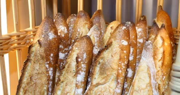 čerstvě vyrobené chleba v pekárně, celozrnné bio bochníky, krásné vynikající francouzský styl bageta ručně, zlaté hnědé baker zobrazit na obchod, křupavý nabídka čerstvé domácí