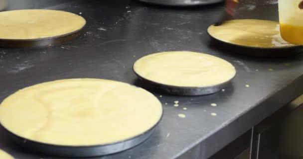 Baker dekorační pečivo a koláče v pekařství kuchyně, profesionální domácí moučníky smetana potrubí a čokoládová poleva sladké zachází krásné občerstvení nezdravé jídlo