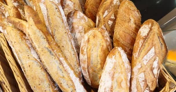 Chleby a velký sortiment pečivo v pekárně, police s čerstvý křupavý chléb, organický celek zrn bio pšeničné potraviny boulangerie bagety
