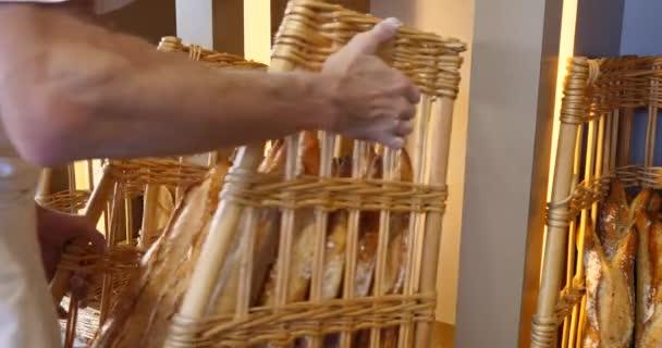 Chleby a velký sortiment pečivo v pekárně, police s čerstvým peče křupavý chléb, bio celozrnné bio pšeničné potraviny boulangerie bagety slouží prodejní chléb Rustikální zobrazení