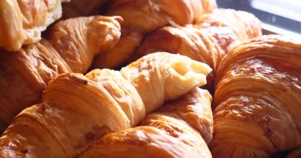 Francouzské křupavé pečivo pečené zboží, domácí pekárna na displeji pro zákazníky, tradiční obchod lahodné ranní snídaně výběr z pečiva