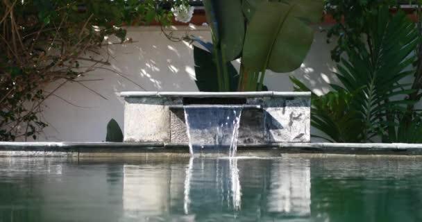 Trópusi üdülőhely szabadtéri medencével