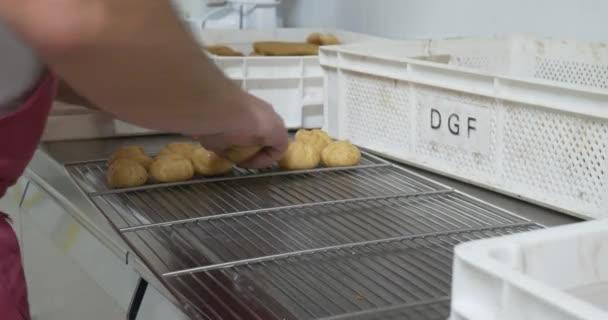 Baker, zdobení pečiva a koláčů v pekařství kuchyně, profesionální domácí moučníky smetana potrubí a čokoládové polevy sladké pochoutky, krásné občerstvení nezdravé jídlo