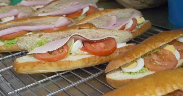 paradicsom, sonka, sajt, saláta, főtt tojás és előkészítése, snack, friss zöldségek és húsok egészséges gyorsétterem, saláta, szendvics, hogy étkezés sub, szendvics, a fehér és a búza hoagies.