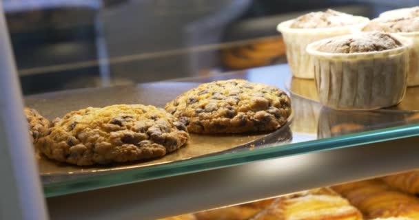 Baker, zobrazování pečivo produkty na pekárně okno pro výběr zákazníka. Buchty, koláče, sušenky, vdolky. Pestrý výběr lahůdek domácí čerstvý sladký dezert.