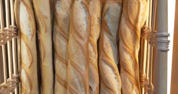 Chleby a pečivo velké sortimentu v regálech pekárna s čerstvý křupavý chléb bio celozrnné pšenice bio potraviny boulangerie bagety slouží prodejní chléb Rustikální displej