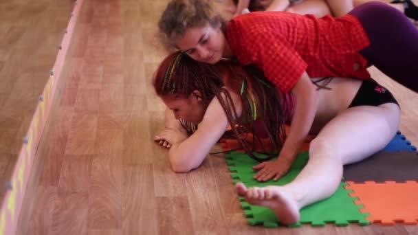 holka dělá strečink jinou dívku