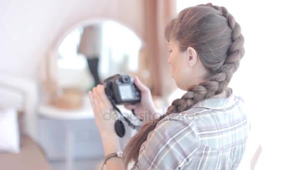 der Fotograf justiert die Kamera