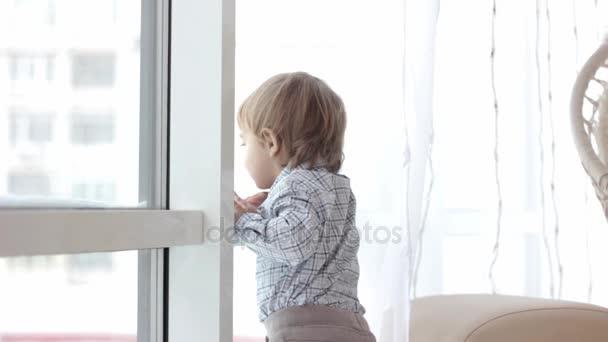 dítě se dívá z okna