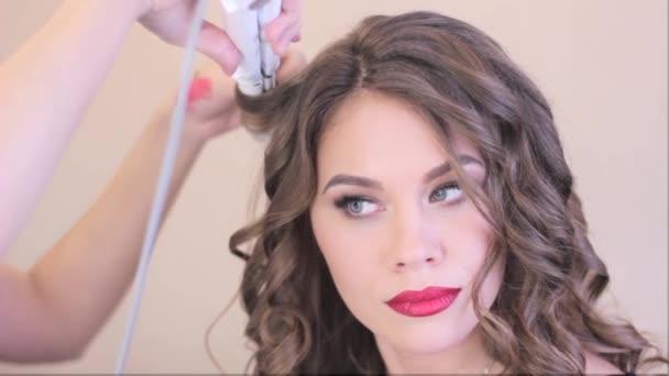 make-up artist curl vlasy