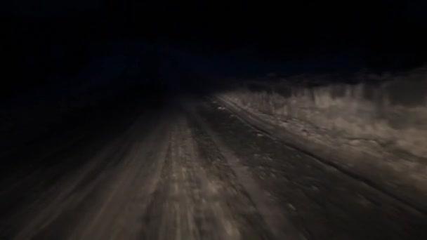 Straße bei Nacht von der Windschutzscheibe